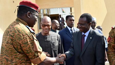 La crainte de soulèvements existe dans la région, d'où les «besoins de médiation»: le lieutenant-colonel Yacouba Isaac Zida, chef de l'Etat provisoire (g), Ibn Chambas, représentant spécial du secrétaire général de l'ONU pour l'Afrique de l'Ouest (c) et le président de la commission de la Cédéao, Kadré Désiré Ouédraogo, ce mardi.