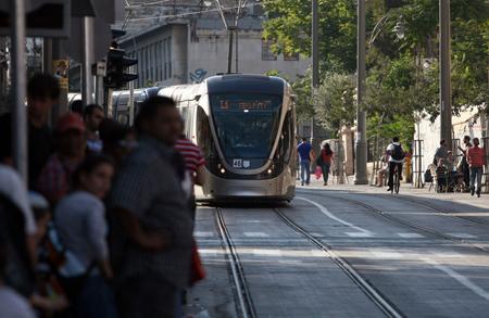 Le tram qui dessert les colonies installées dans Jérusalem-Est contre toutes les résolutions de l'ONU