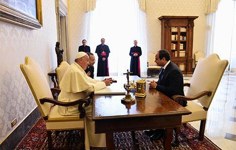 Al-Sissi. «Dans un communiqué, Al-Azhar s'est félicité de cette rencontre qui vient mettre l'accent sur la tolérance religieuse.» Ce remarquable formulation renvoie à 2011, où un attentat à Alexandrie, contre une Eglise copte, avait fait 23 morts. «L'appel, lancé alors par le pape Benoît XVI pour offrir une protection internationale aux coptes avait été fortement critiqué par Al-Azhar.» (Al-Ahram)