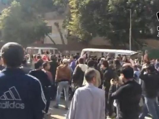 Vendredi 28 novembre. Selon le  Cairo-based International Development Centre, le vendredi  28 novembre a enregistré 91 manifestations, dont 75 des Frères contre le régime, 15 en faveur de la police et une des salafistes contre les Frères musulmans. Deux morts et 14 blessés selon le Ministère de la santé. (Réd.)