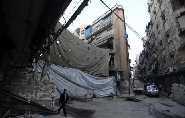Une toile tendue dans la rue principale le 18 novembre 2014 à Alep - Joseph Eid AFP