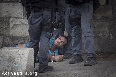Le mercredi 15 octobre, un Palestinien arrêté et brutalisé alors qu'il proteste contre l'impossibilité d'accès à Al-Aqsa.