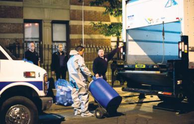 Vendredi, des employés remettent du matériel potentiellement contaminé au Centre pour le contrôle et la prévention des maladies à New York