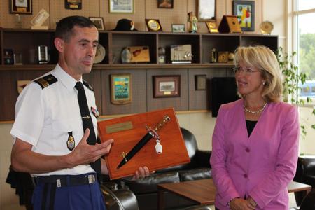 Légende: Mme De Quattro reçoit un poignard – instrument dont l'origine latine signifie que «l'on manie avec le poing» –  d'un officier français. Son sourire traduit la reconnaissance du geste