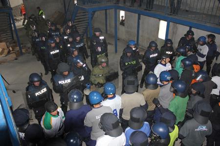 Gendarmes vaudois face à des manifestants acteurs, casqués, à Saint-Astier. Y a-t-il eu des blessés?