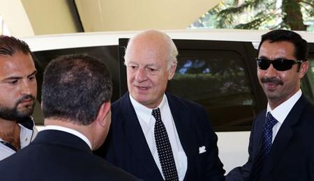 Le nouvel émissaire de l'ONU pour la Syrie, l'Italien Staffan de Mistura (c), à son arrivée à Damas, le 9 septembre 2014