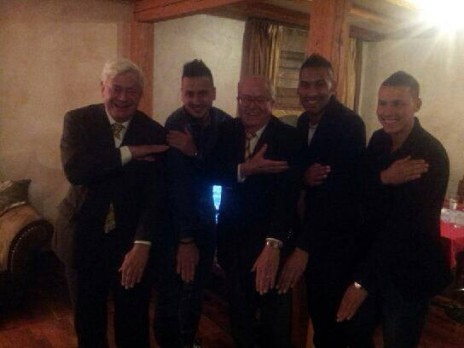 Jean-Marie Le Pen et Bruno Gollnisch font le geste de la «quenelle» dans un restaurant à Strasbourg