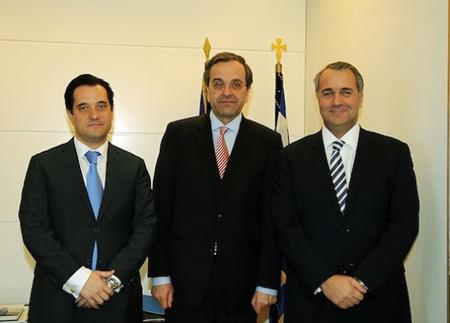 """Antonis Samaras entre l'ancien ministre de la santé Adonis Georgiades (ex LAOS - à gauche)  et le nouveau: Makis – """"la hache"""" Voridis (ex LAOS - à droite)"""