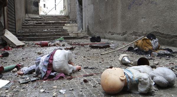 Jouets d'enfants abandonnés dans une rue d'Alep