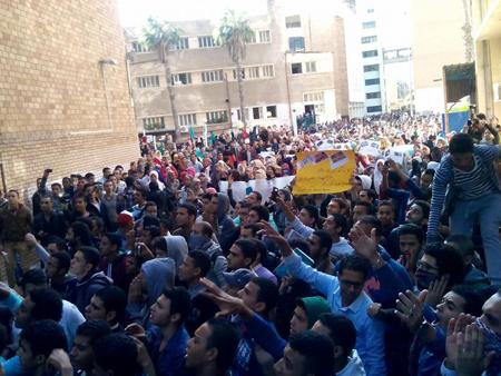 Manifestation des étudiants à l'Université d'Alexandrie le 30 novembre pour dénoncer le verdict d'acquittement de Moubarak, comme dans 11 autres universités d'Egypte dont Ain Shams, Zagazig