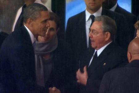 Barack Obama et Raul Castro, lors des funérailles de Mandela, en décembre 2013