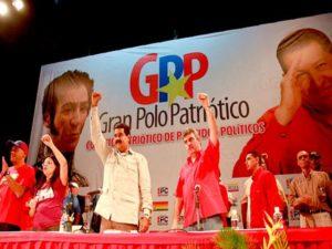 Maduro sous le regard de Bolivar et Chavez