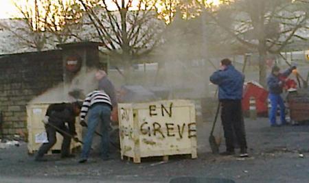 Les chefs au boulot – pour dégager les portes – devant Rabion. Le chef département de la fonderie, à droite, appuyé sur la pelle