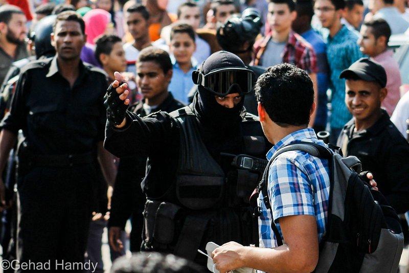 Evacuation du campus de l'université du Caire  par des agents de sécurité lors de la manifestation  du 12 octobre 2014