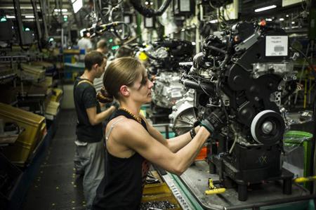 Aelle dans l'atelier de montage des moteurs, après un CDD, elle a obtenu un CDI chez Peugeot (© Raphaël Helle / Signatures)