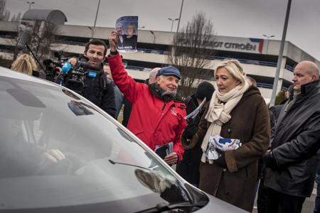 Marine Le Pen devant l'usine PSA pour soutenir Sophie Montel (© Raphaël Helle / Signatures)