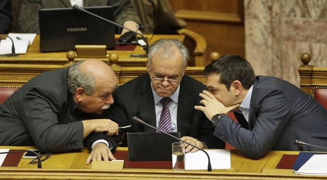 Alexis Tsipras (à droite), parlant avec Giannis Dragasakis (au centre) et Nicos Voutsis, au parlement grec, le 8 février 2015