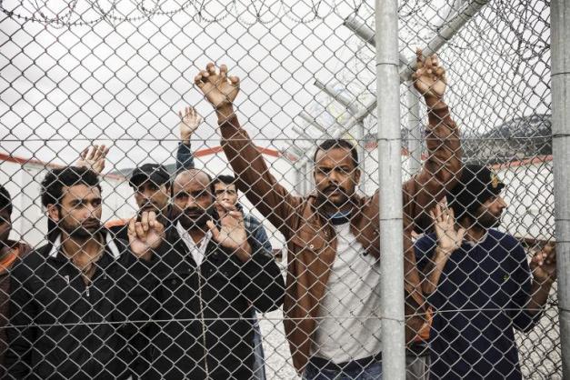 Des migrants détenus dans le centre de rétention d'Amydgaleza près d'Athènes le 14 février 2015 ( AFP / Achilleas Zavallis )
