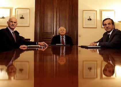 Georges Papandréou (à g.), Karolos Papoulias (au c.)  et Antonis Samaras (à d.)