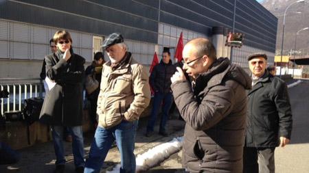 Matteo Pronzini, du MPS Tessin, syndicaliste UNIA, intervient devant la fabrique Cattaneo, avec Gianni Frizzo