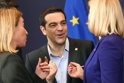 Tsipras entre Frederica Mogherini (g.), cheffe de la diplomatie de l'UE, et Helle Thorning-Schmidt (d.), première ministre danoise. Les créanciers eux décidaient...