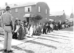 Jeunes étudiants défilant pour les droits de vote placés  en état d'arrestation. © John Kouns, 1965