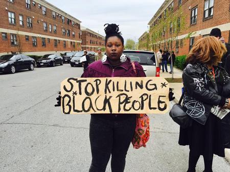 Manifestation à Baltimore, le 25 avril 2015, suite à la mort de Freddie Gray, 25 ans. Il est décédé le 19 avril des suites d'une fracture des vertèbres cervicales après avoir été écrasé au sol par des policier lors de son arrestation le 12 avril.