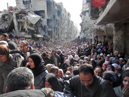 Habitants de Yarmouk attendant la remise des secours, janvier 2014