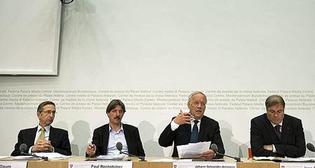 Thomas Daum, directeur de l'Union patronale suisse; Paul Rechsteiner, président de l'Union syndicale suisse; Johann Schneider-Ammann, ministre de l'Economie; et Jean-Michel Cina, président de la Conférence des directeurs cantonaux de l'Economie, mai 2013