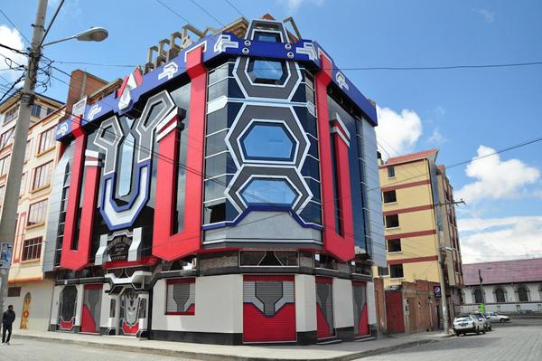 Exemple d'un des «cholets» – du terme chalet – à El Alto, ville au-dessus de La Paz. Les architectes se revendiquent d'une architecture qui  ne fait pas référence à l'indianisme