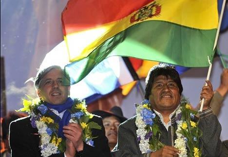 Evo Morales (à gauche le vice-président Linera), élu en 2005 avec 53,74% des suffrages