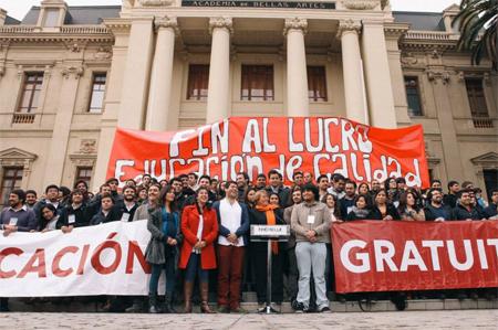 La candidate à la présidente Michelle Bachelet en 2013 se réunit  avec des «leaders étudiants» pour bâtir sa coalition