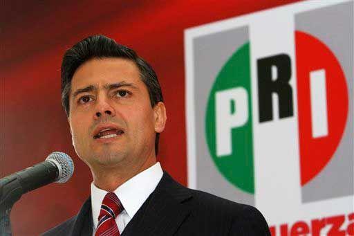 Enrique Peña Nieto qui, en 2012, affirme qu'il va demander l'aide du général colombien Oscar Naranjo pour «combattre la criminalité»