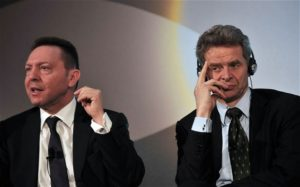 Yannis Stournaras (gauche) et Poul Thomsen du FMI