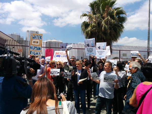 Manifestation devant une usine d'embouteillage d'eau de Nestlé au sud de Los Angeles