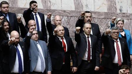 Les 17 députés d'Aube dorée, en février 2015, lors la séance inaugurale de la Vouli