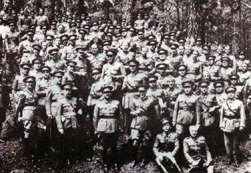 Franco se trouvait aux Canaries, après avoir réprimé le soulèvement en Asturies en 1934 et avoir participé à la mise sur pied de la Légion espagnole, en 1920, pour essayer de faire face à la vigoureuse résistance des populations du Rif au Maroc (1921-1926)