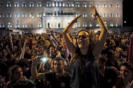 Le soir du 5 juillet sur la place de la Constitution (Syntagma)