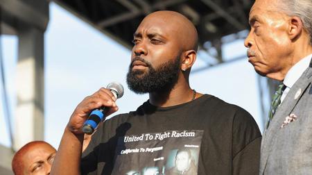 Le père de Michael Brown, à Saint-Louis (Missouri),  le 24 août 2014. A ses côtés, le révérend Al Sharpton