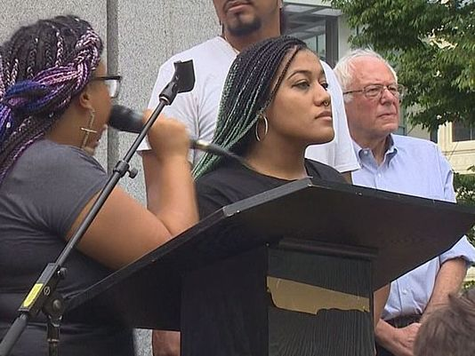 Marissa Janae Johnson et Mara Jacqueline Willaford occupent la tribune lors du meeting de Bernie Sanders  (à droite), à Seattle, le 8 août