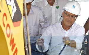 Geraldo Alckmin, gouverneur de l'Etat de São Paulo, portant un casque avec le logo de la Sabesp
