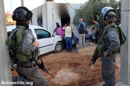 La «police des frontières» israélienne face à la maison incendiée de la famille Dawabsha, à Douma, le 31 juillet 2015