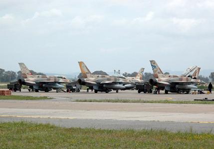 Des F-16 israéliens sur une base militaire grecques,  le 30 avril 2015. (Ministère de la Défense grec)