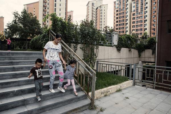 Mme Zhang avec sa fille et son neveu dans sa résidence HLM. Son époux travaille à une heure de voiture de la ville
