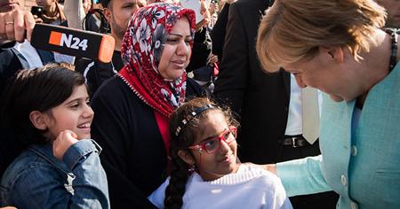 Photo officielle du gouvernement: Angela Merkel «s'informe à propos des réfugié·e·s»