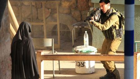 Amnesty International parle «d'exécution extrajudiciaire». Hadeel al-Hashlamoun devant un checkpoint à Hébron. (Photo publiée sur Haaretz)