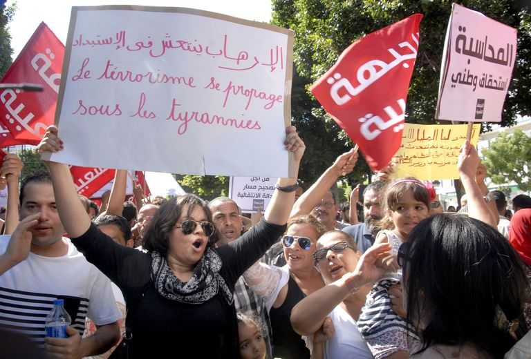 4754836_6_c7b1_un-millier-de-tunisiens-ont-manifeste-samedi_d7dda2d9b4fc4b1f4a3fb8dc57bf6376