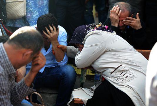 Des proches des victimes, offciellement 95 et 127 selon le HDP, attendent devant l'hôpital d'Ankara