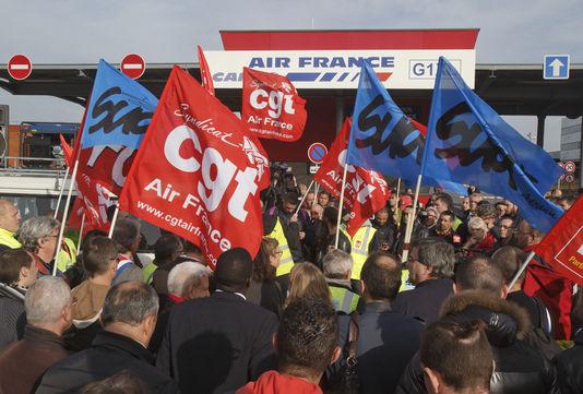 Rassemblement syndical le 12 octobre contre l'interpellation des salariés d'Air France, placés en garde à vue dans les locaux de la police des frontières à Roissy