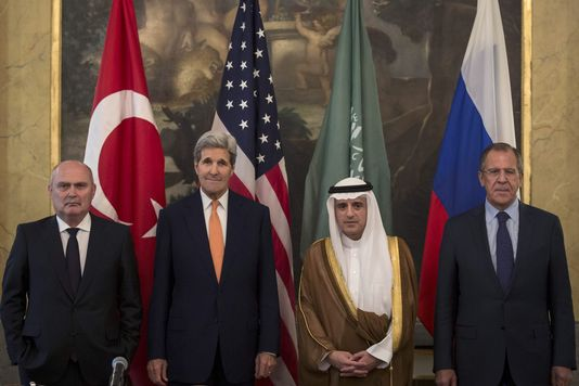 Feridum Sinirlioglu (Turquie), John Kerry (Etats-Unis), Adel Al-Jubeïr (Arabie saoudite), et Sergueï Lavrov (Russie), réunis le 23 octobre à Vienne